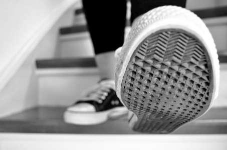 Wie beurteilen Experten Überwachung durch elektronische Fußfesseln?