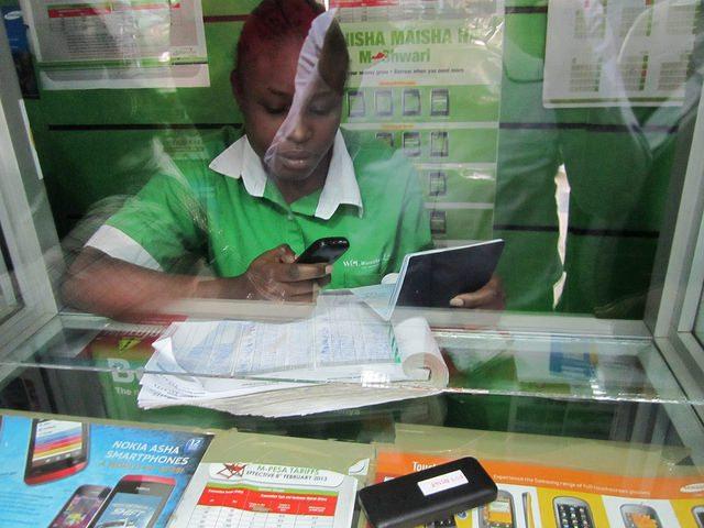 In Kenia zahlen viele mit dem Handy - in Deutschland bald auch?