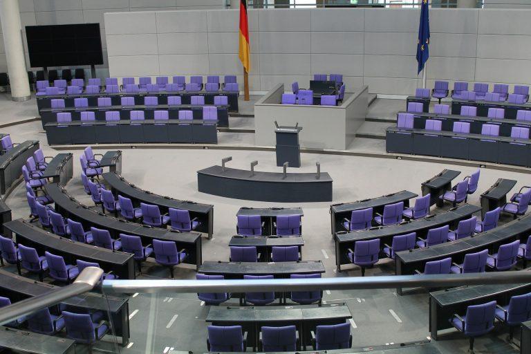 Viele Bevölkerungsgruppen sind im Bundestag nicht ausreichend vertreten - sollten wir auslosen, wer Politiker wird?